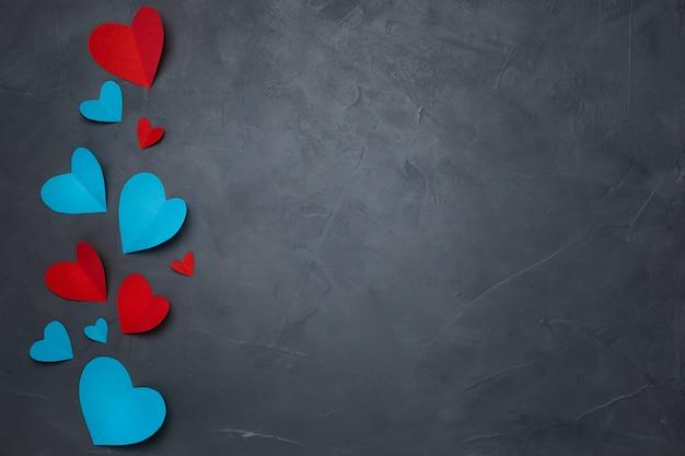 Handgeschept papier harten op grijze gestructureerde achtergrond