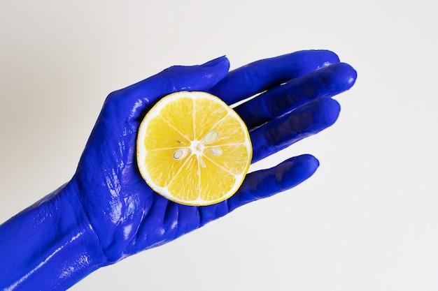 Handgeschilderd blauw en citroen. contrasterende levendige kleuren. abstract minimalisme. schoonheid en mode.