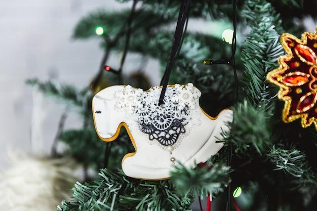 Handgeschilderd peperkoekpaard van kerstmis op kerstboom. detailopname.