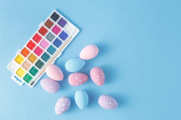 Handgeschilderde paaseieren in pastel kleuren