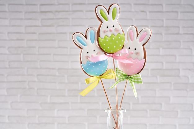 Handgeschilderde peperkoek konijntjes op houten stokken