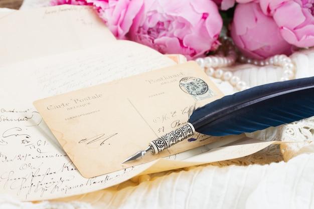 Handgeschreven antieke brief en blauwe veren pen op wit kant