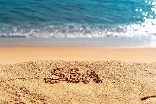 Handgeschreven tekst zee op het strand. digitale detox, stekker uit het stopcontact