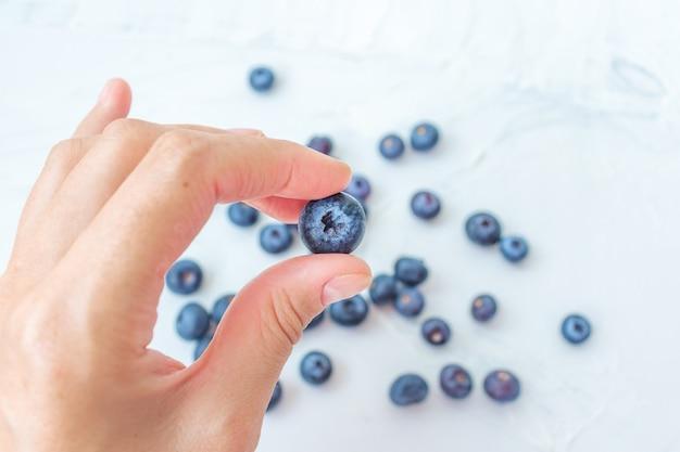 Handgreep oogst zomerjam ingrediënt biologisch bio lekker bosbes gezond natuurlijk paars fruit bes voor zoet dessert vitamine antioxidant snack met vers nat waterdruppel
