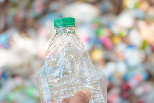 Handgreep toon recyclebaar plastic voor hergebruik van recyclingconcept.