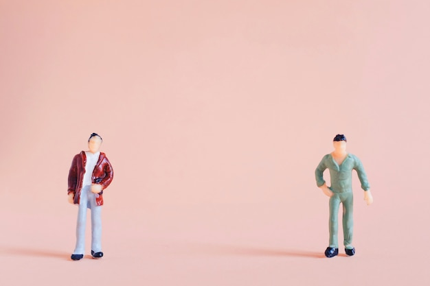 Handhaven sociale afstand concept, miniatuur mensen staan afstand houden in het openbaar
