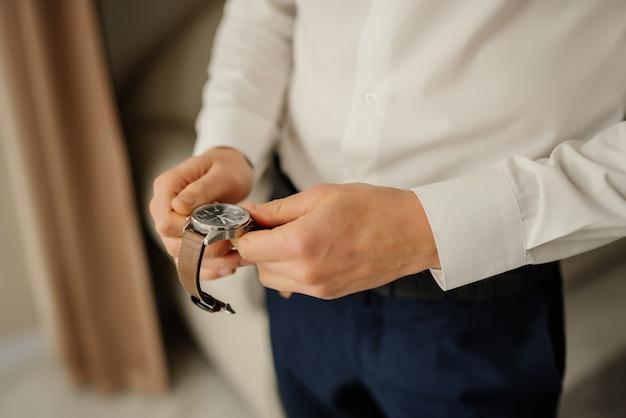 Handhorloge voor zakenlieden. klok aan de kant van de mannen, begin van de goede morgen. ideaal voor zaken. kijk en tijd