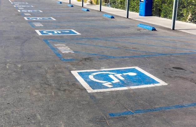 Handicap symbool op parkeerplaats