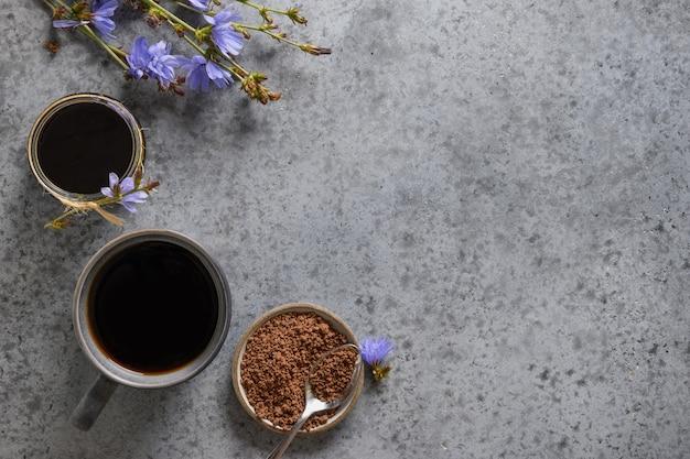Handige cichoreidrank en blauwe bloemen. gezonde kruidendrank, koffiesurrogaat. ruimte voor tekst. uitzicht van boven.