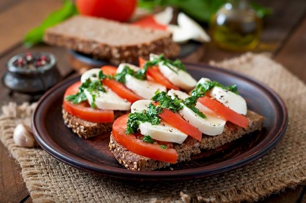 Handige dieetsandwiches met mozzarella, tomaten en roggebrood
