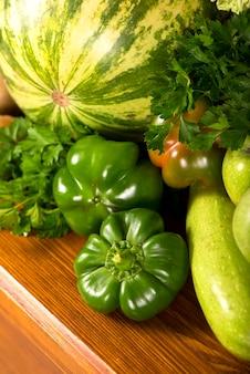 Handige groene groenten op een houten oppervlak