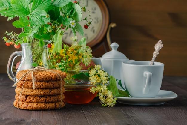 Handige linde thee in bekertakken lindebloemen en bladeren