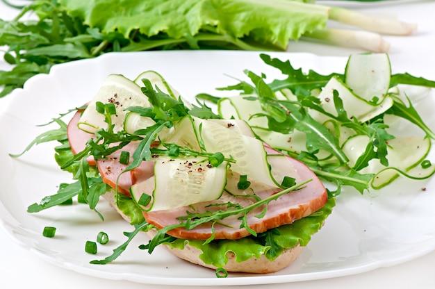 Handige sandwich met ham en kruiden