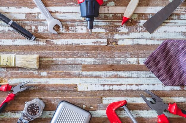 Handige tools en herenaccessoires op grunge houten tafel.