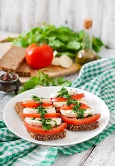 Handige voedingssandwiches met mozzarella, tomaten en roggebrood