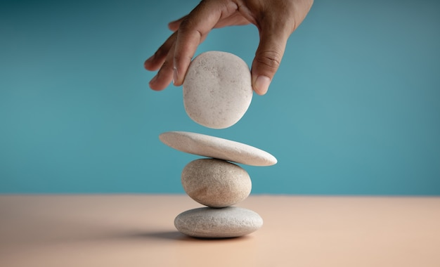 Handinstelling witte natuurlijke zen-steenstapel