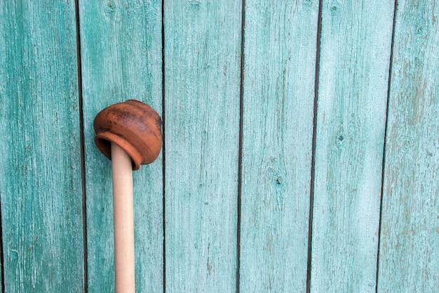 Handmaded aarden pot op een houten stok