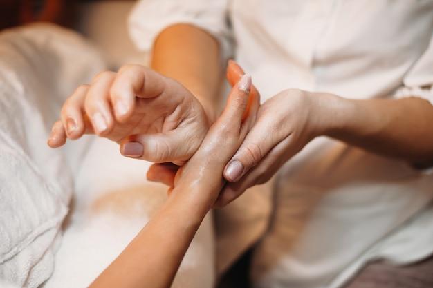 Handmassagesessie gedaan door een professionele therapeut in de spa-salon