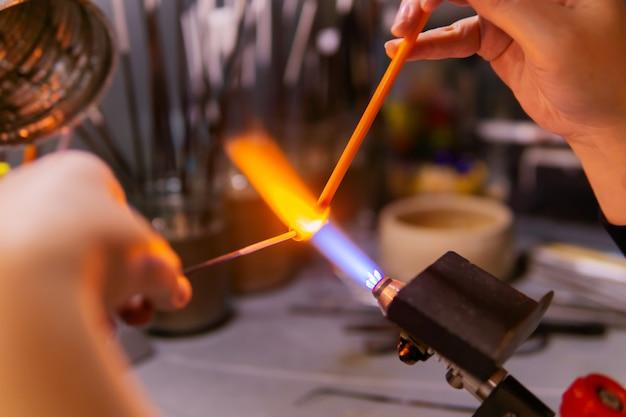 Handmatig glaskralen maken door de wikkelmethode in een glasblazerij