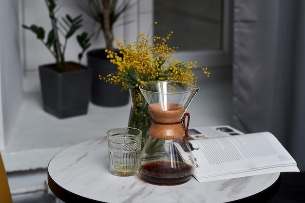Handmatig koffiezetten met afwisselend filter. apparaten voor koffie