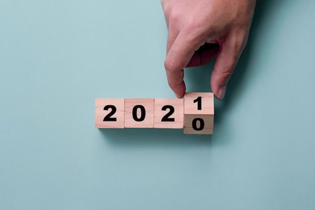 Handmatig omdraaien van houten kubussen 2020 tot 2021