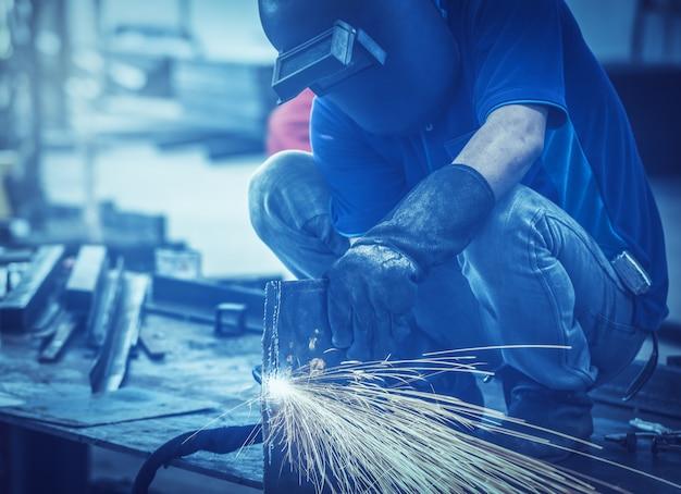 Handmatig plasmasnijden in een staalfabriek, heel veel vonken