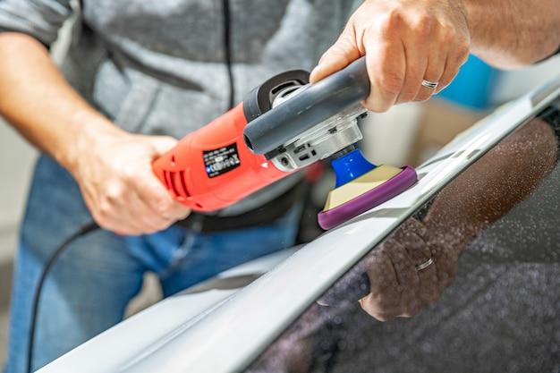 Handmatig polijsten van de carrosserie van luxe auto's met toepassing van keramische beschermingsmiddelen
