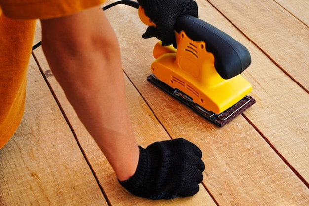 Handmatige elektrische gele slijper houten oppervlak voor het verwerken van het werken met houtpolijstoppervlakken door...