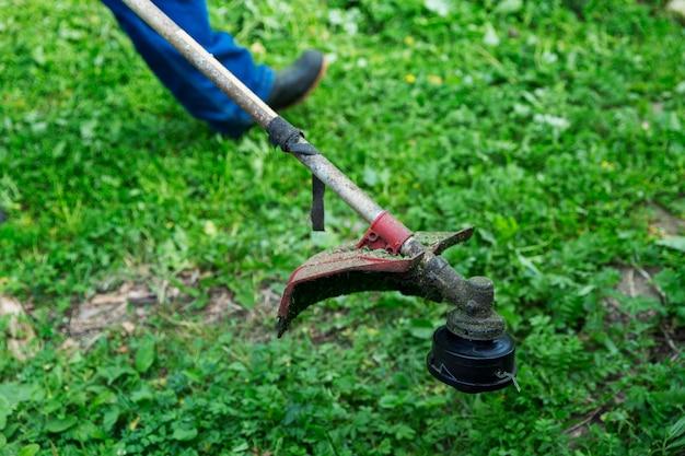 Handmatige grasmaaier in de tuin. detailopname.