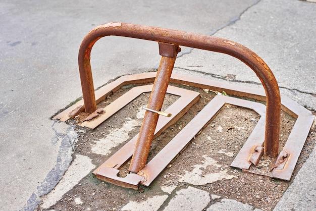 Handmatige parkeerbarrière met hangslot in de stad