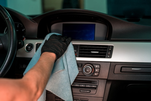 Handmatige reiniging van het interieur van luxe auto's.