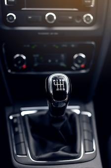 Handmatige versnellingen. details van het auto-interieur.