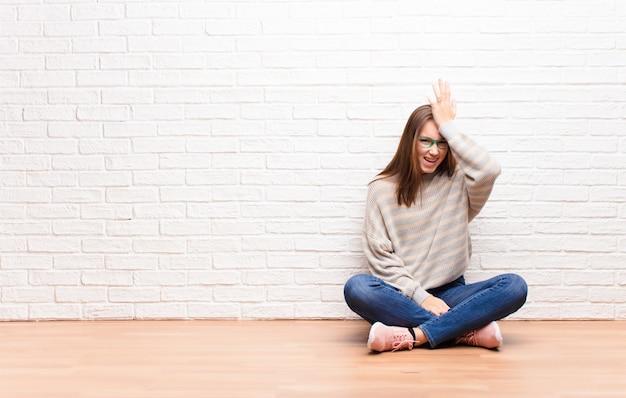 Handpalm naar het voorhoofd brengen, denkend oeps, na een domme fout te hebben gemaakt of te onthouden, zich dom te voelen