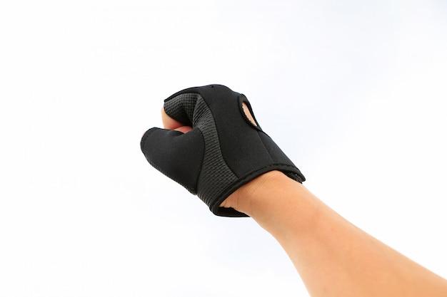 Handponsen die sporthandschoen dragen die op witte achtergrond wordt geïsoleerd