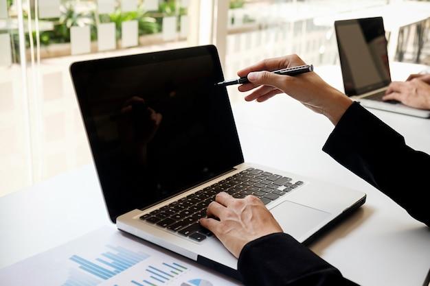 Hands analyst over discussie over werkplek consulting