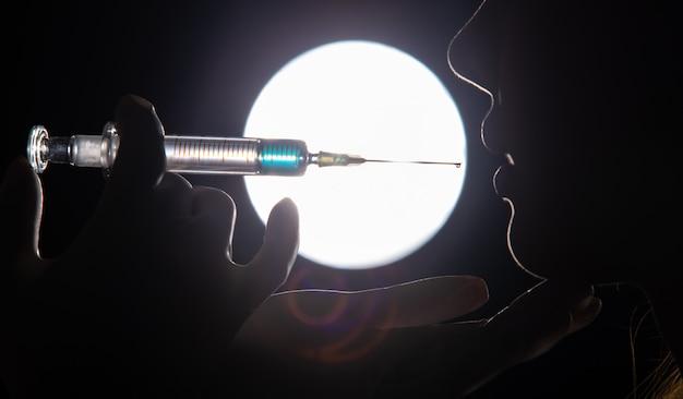 Handschoen injecteert spuit mooi serum aan vrouw