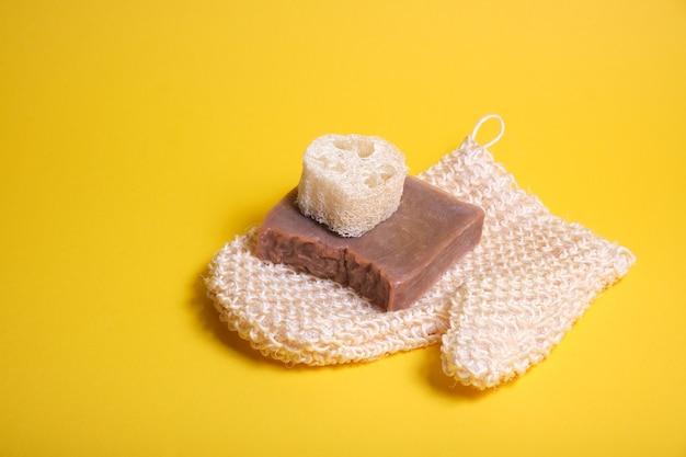 Handschoen washandje, loofah en zelfgemaakte zeep met cacao