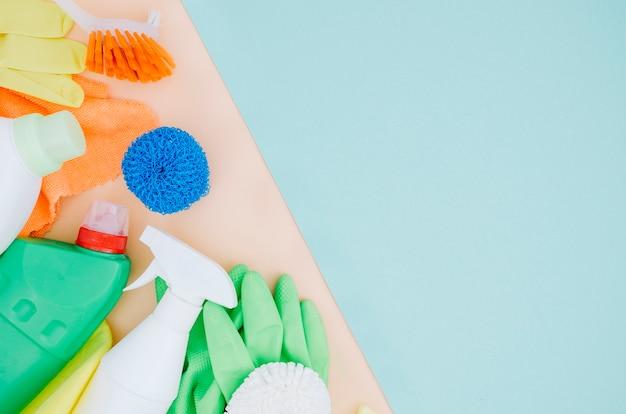 Handschoenen; borstel; spons; spuitfles op dubbele achtergrond