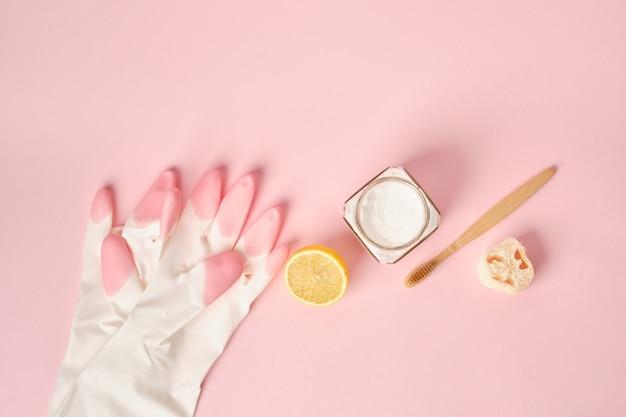 Handschoenen frisdrank citroenborstel en frisdrank op roze achtergrond eco cleanong set