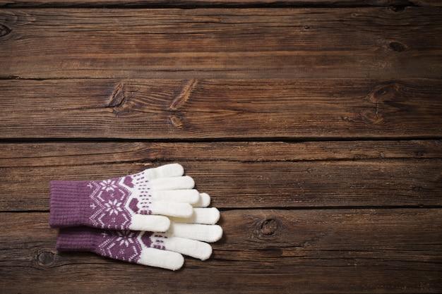 Handschoenen op oude houten achtergrond