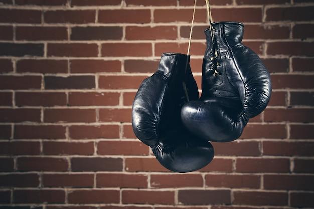 Handschoenen voor doos op bakstenen muur