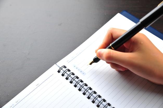 Handschrift met vulpen op een notitieboekje