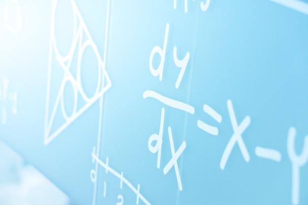 Handschrift natuurkunde vergelijkingen teken op het college wit bord