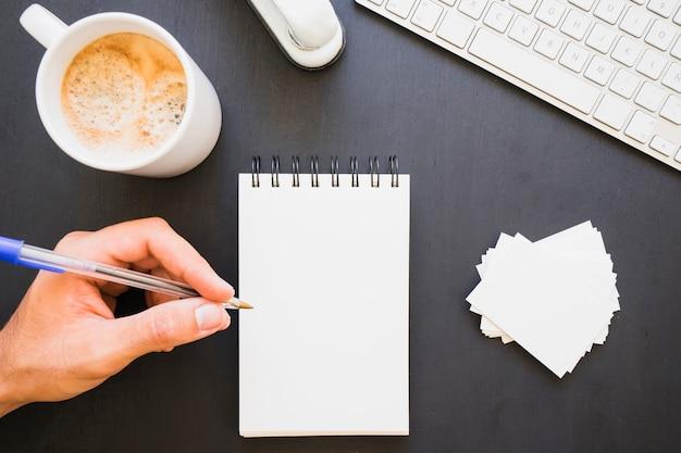 Handschrift op notitieboekje op het werk