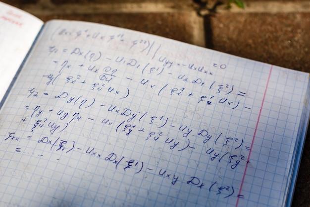 Handschrift van wiskunde kwadratische vergelijking formule op onderzoek