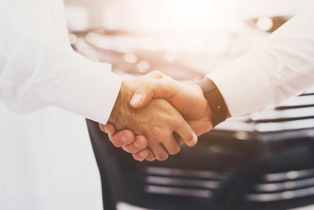 Handshake deal handen van arabische klant en dealer.