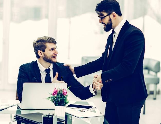 Handshake manager en de klant voor het ondertekenen van een contract in deze