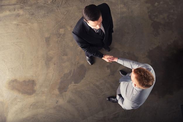 Handshaking bedrijfspersoon in kantoor. concept van teamwerk en partnerschap