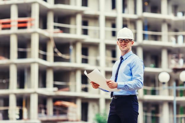 Handsom bouwingenieur bij de bouwwerf