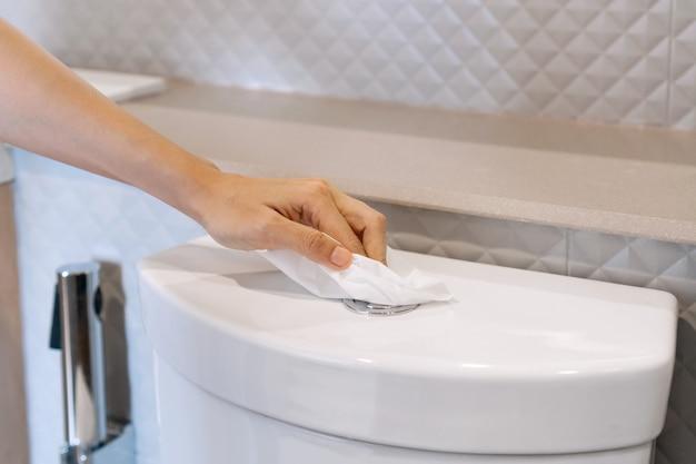 Handspoeltoilet met tissuepapier om direct contact voor covid-19 en vuilbesmetting te voorkomen